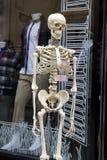 Skelet dichtbij winkel Stock Foto's
