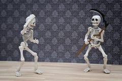 Skelet en de zeis Stock Fotografie