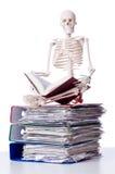 Skelet met stapel van dossiers royalty-vrije stock foto