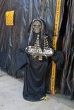 Skeleton Hosteß außerhalb des Geisterhauses Stockfotos