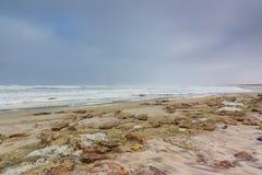 Skeleton Küste Namibia des Strandes des bewölkten Himmels Stockbilder