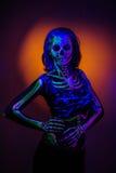 Skelett- bodyart med blacklight royaltyfri foto