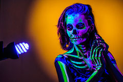 Skelett- bodyart med blacklight arkivbilder