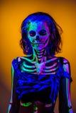 Skelett- bodyart med blacklight Fotografering för Bildbyråer