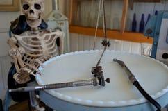 Skelett in einem Zahnarztstuhl lizenzfreie stockfotos