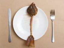 Skelett eines Fisches auf einer Platte Lizenzfreies Stockfoto