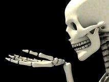 Skelett, etwas auf seiner Hand beobachtend Stockfotos