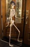 Skelett- hälsning för allhelgonaafton på dörren Arkivfoto