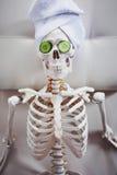 Skelett im Badekurortsalon mit Tuch auf ihrem Kopf und Maske auf ihrem Gesicht Stockbild