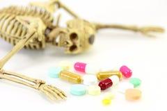Skelett mit Droge auf weißem Hintergrund Stockfoto