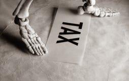 Skelett mit Steuer-Aufkleber stockfotos