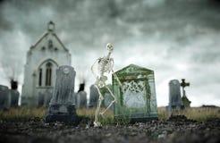 Skelett på läskig gammal kyrkogård för den grymma säger miniatyrreaperen halloween för kalenderbegreppsdatumet lyckliga holdingen Royaltyfri Foto