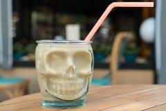 Skelett- roligt kaffe rånar på tabellmorgonen Tid för att koppla av Arkivbilder