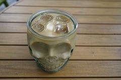 Skelett- roligt kaffe rånar på tabellmorgonen Tid för att koppla av Royaltyfri Bild