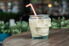 Skelett- roligt kaffe rånar på tabellmorgonen Tid för att koppla av Royaltyfria Foton