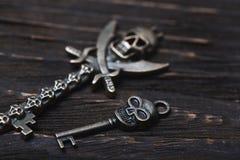 Skelett- tangenter för tappningskalle på en trätabell royaltyfri bild
