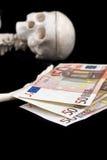 Skelett und Geld Stockfotos