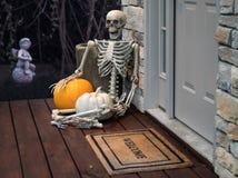 Skelett und Kürbise im Eingang für Halloween Lizenzfreie Stockfotografie
