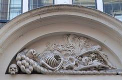 Skelett- und Schädelflachreliefstatue stockfoto