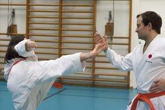 Skelleftea, Schweden - 7. Februar 2011 Shotokan-Karatepraxis mit Sensei, Robin Nyholm und Tero Nyholm Selbstverteidigungstechnike Lizenzfreie Stockfotos