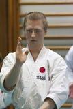 Skelleftea, Schweden - 7. Februar 2011 Shotokan-Karatepraxis mit Sensei, Robin Nyholm und Tero Nyholm Selbstverteidigungstechnike Lizenzfreie Stockbilder