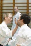 Skelleftea, Schweden - 7. Februar 2011 Shotokan-Karatepraxis mit Sensei, Robin Nyholm und Tero Nyholm Selbstverteidigungstechnike Stockfotografie