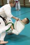 Skelleftea, Schweden - 7. Februar 2011 Shotokan-Karatepraxis mit Sensei, Robin Nyholm und Tero Nyholm Selbstverteidigungstechnike Lizenzfreies Stockfoto