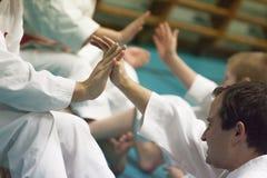 Skelleftea, Suède - 7 février 2011 Pratique en matière de karaté de Shotokan avec Sensei, Robin Nyholm et Tero Nyholm Techniques  Photographie stock libre de droits
