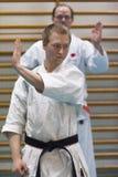 Skelleftea, Suède - 7 février 2011 Pratique en matière de karaté de Shotokan avec Sensei, Robin Nyholm et Tero Nyholm Techniques  Photos libres de droits