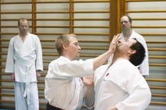 Skelleftea, Suécia - 7 de fevereiro de 2011 Prática do karaté de Shotokan com Sensei, Robin Nyholm e Tero Nyholm Técnicas da auto Imagens de Stock Royalty Free