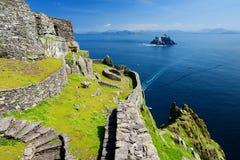 Skellig Michael eller stora Skellig, hem till de förstörda restna av en kristen kloster, land Kerry, Irland royaltyfri fotografi