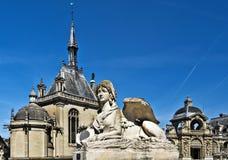 Skenbildstaty i ingång till den Chantilly slotten arkivfoto
