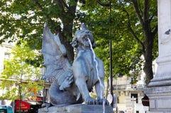 Skenbildstaty på den Fontaine Saint Michel, Paris, Frankrike Fotografering för Bildbyråer