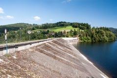 Skenmanöverfördämning av den Jezioro Czenianskie vattenbehållaren nära den Wisla semesterorten i Polen Fotografering för Bildbyråer