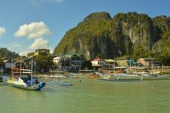 Skepp anslutas på kusten El Nido är en 1st gruppkommun i landskapet av Palawan fotografering för bildbyråer