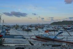 Skepp anslutas på kusten El Nido är en 1st gruppkommun i landskapet av Palawan arkivbilder