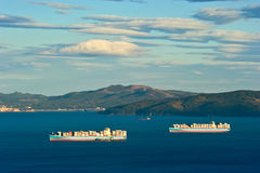 Skepp för behållare två Maersk i den Nakhodka fjärden Far East av Ryssland Östligt (Japan) hav 12 10 2012 Royaltyfri Foto