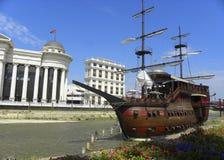 Skepp för galär för Skopje - Makedonien flod vardar royaltyfri foto