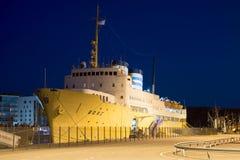 Skepp - ` för hotell`-tråkmåns på stranden av flodauranatten i August Turku Royaltyfri Bild