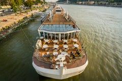 Skepp för kryssning för kanalfartyg på Danube River i Budapest Arkivfoto