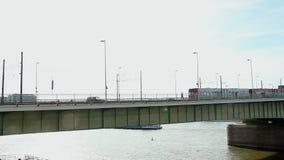 Skepp för spårvagnar för stadsbrobilar, sol för dag för flodmedeltrafik arkivfilmer