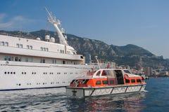 Skepp för yacht för livfartyg tillsammans med stort Royaltyfri Fotografi
