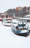 Skepp förtöjas nära flodkust i Turku Arkivbild