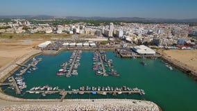 _ Skepp förtöjde i fiskestaden av Quarteira Video från himlen stock video