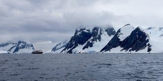 Skepp i Antarktis Royaltyfri Fotografi