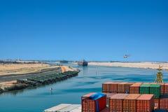 Skepp i den Suez kanalen Arkivfoto