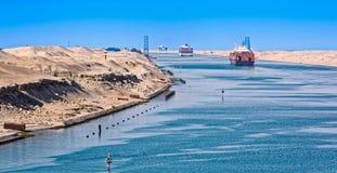 Skepp i den Suez kanalen Royaltyfri Fotografi