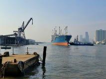 Skepp, i docing i floden Arkivbilder