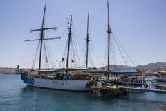 Skepp i Eilat och vattenblinkar arkivbilder