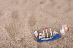 Skepp i flaskan på stranden Arkivbilder
